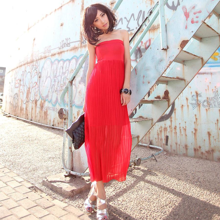 红色褶皱裙裙搭配