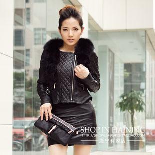 黑色短装皮衣外套搭配