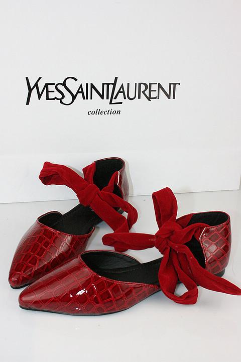 红色绑带鞋子搭配图片