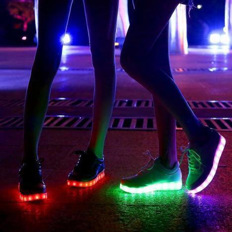 荧光鞋充电七彩女搭配图片