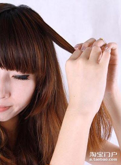 然后编一条小辫子,其实小辫子跟伪短发是没有关系滴,头发上有个小亮