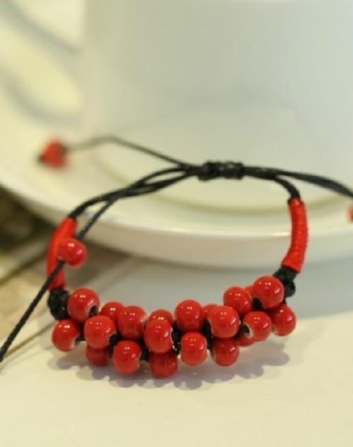 宝贝为陶瓷饰品,设计思路是用陶瓷做出像红豆一样的手链,代表相思的