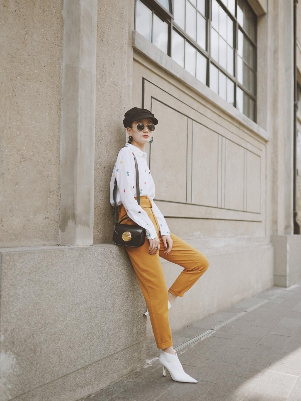 #我的秋日穿搭# 今天是简单耐看的衬衫+高腰裤 🚺身高167,体重49 衬衫真的是百搭耐看~ 👕衬衫是EQUIPMENT的,388英镑,折合人民币不到3500,小星星的图案很可爱,但是款式还是比较女人的~ 👖裤子是的,颜色跟白色衬衫和短靴搭起来很利落,腰带的装饰可以拉长比例显瘦显高~ 👠短靴是Helmut lang的,款式利落,颜色百搭,这个季节穿很实用,搭裙子也很好看 🎒配饰方面,帽子是去年的款式,包是marni的,刚入手的时候还觉得有点小贵,但越来越发现每次有它,整套搭配都会变的更板正大气~喜欢~