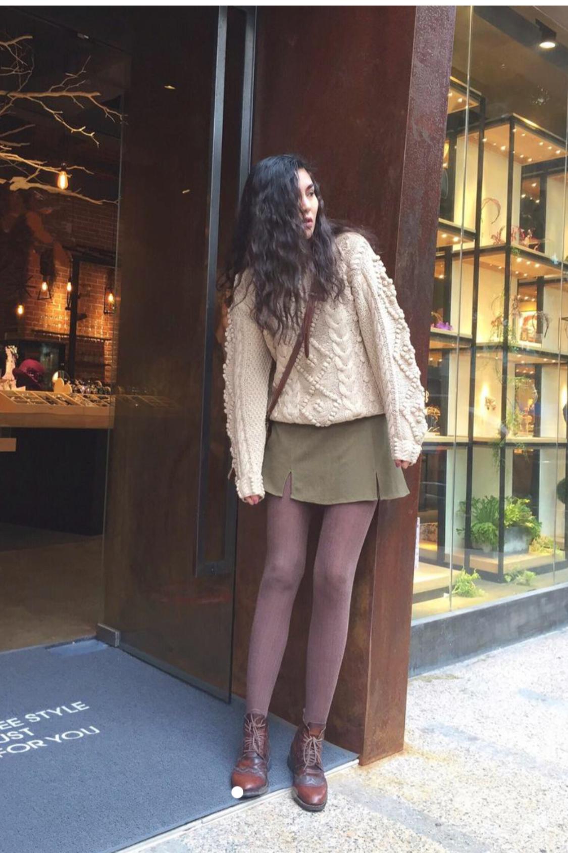 #UR摩登秋冬之旅# 乳白色手工毛衣很显质感 打配了军绿色梭织短裙穿了打底袜 很有冬日的感觉 森女系风格的我 其实也很喜欢 很适合软妹子 复古的背包很有年代感 头发弄的复古烫 个人比较喜欢这样的搭配 舒服 有质感 不失女性感