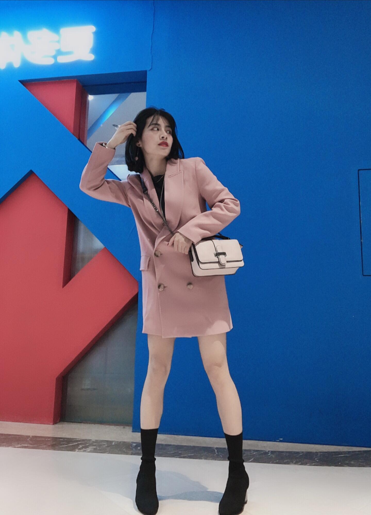#11.11购齐秋冬流行色#粉色西装套装是今年一入秋就入的了,随着年纪增长慢慢越来越喜欢粉色了有木有,嘿嘿。 西装:公主殿下de衣橱,价格200+,西装面料毛呢外套,非常划算实惠,版型很正哦! 袜筒靴:zara.也是今年非常流行的粗跟袜筒靴单品之一,亮点在跟上面,银色亮亮的嘿嘿帅气,也不贵哦,300+ 包包:也是粉色啦,不过是朋友送的,H&M家的,东西也很实惠,应该不出200+。 这套穿起来非常小女人味,还带点帅气的赶脚,显得腿长,腿长穿专业户在此,160+身高小个子美美看过来哦
