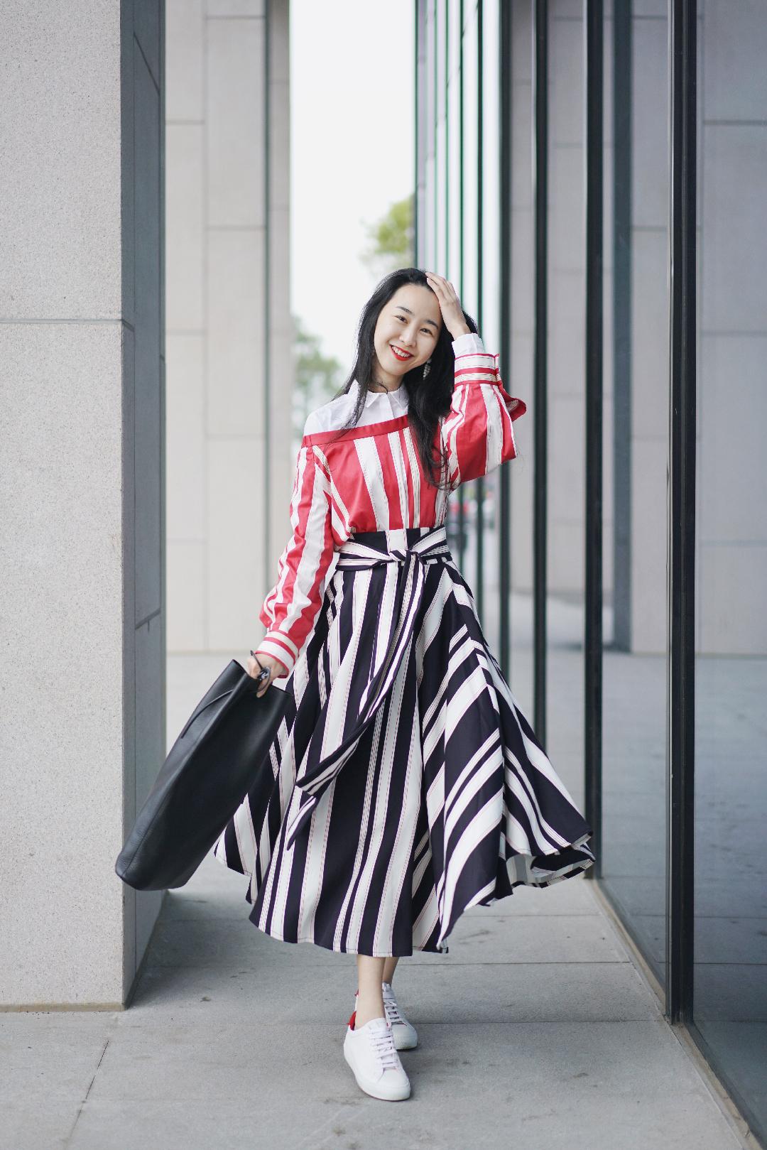 红白条条+黑白条条  #拒绝秋冬臃肿,裹成球还怎么撩汉#  上衣+半身裙:Xinnatex New York 衬衫:Cos 包:Building Block 鞋:Givenchy