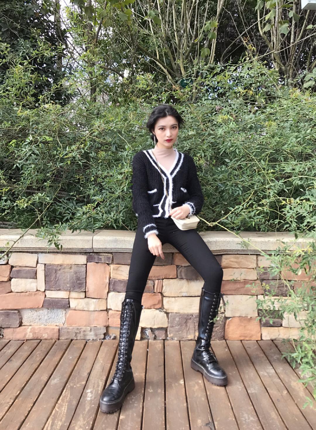 #凹造型我是不可能输的!#小香风外套今年特别流行,喜欢追赶潮流的我自然也要get 起来。搭配紧身打底裤和我的战靴,又酷又美,建议喜欢的小仙女们也都安排上一件噢,让我们一起造型凹起来。🤓🤓