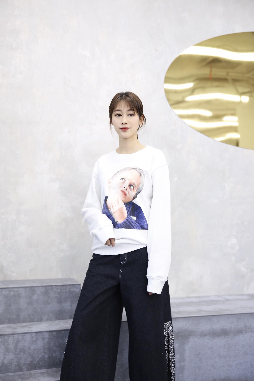 #MOGU STUDIO# 【POPO穿搭】🖤🖤白色卫衣搭配阔腿牛仔裤,很简单的一套搭配,但卫衣上可爱的印花和牛仔裤开衩花边的设计都让整体看上去不那么单调!