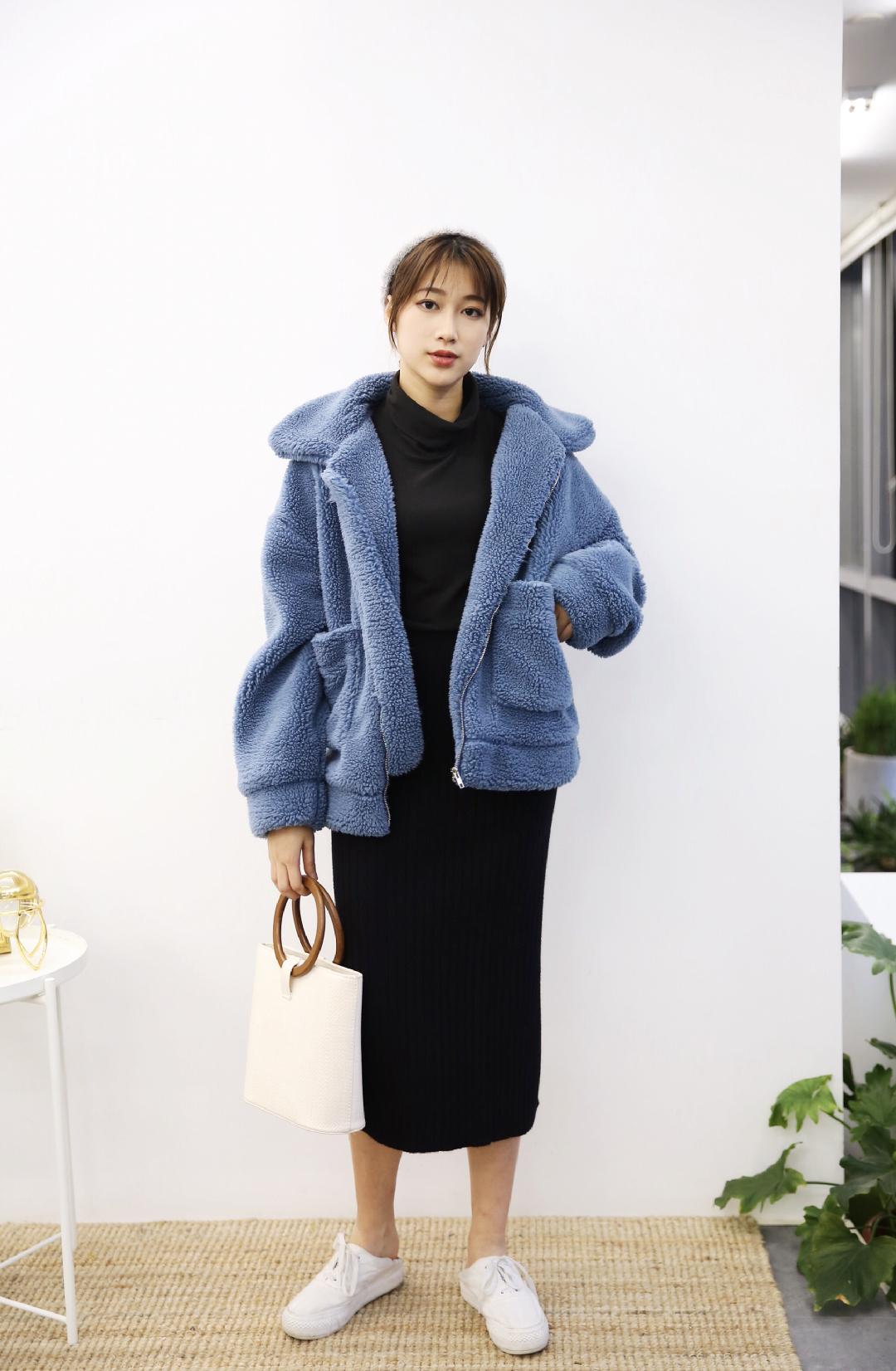 #MOGU STUDIO# 【POPO穿搭】💙💙💙黑色高领打底衫+黑色针织半裙+蓝色摇粒绒外套+小白鞋,很韩系的一套穿搭呀!而且这件外套毛绒绒的真的超级舒服超级暖和哦!