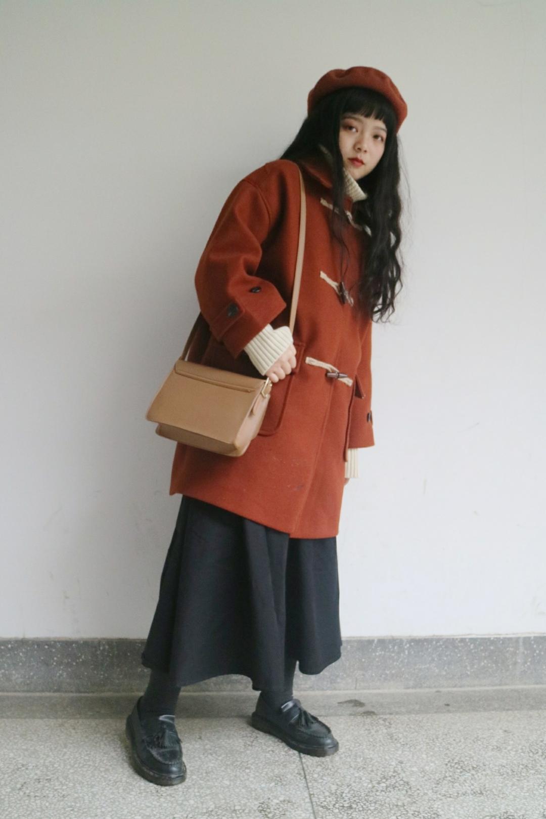 #大衣x高领,闭眼穿出高级感# 砖红色的牛角扣大衣加上米白色高领毛衣显得整个人很温柔呢~再配上半身裙和乐福鞋,小个子女生穿着也不显矮哦