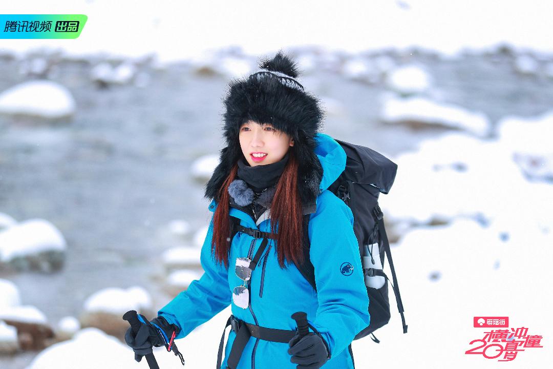 你们的山支大哥准时上线~今天分享一套雪地look吧!选择了蓝色冲锋衣,不仅很衬肤色,和皑皑白雪也很配哦~带上我的毛茸茸针织帽,是不是看起来温暖又可爱呢?#今天开启旅行博主模式#