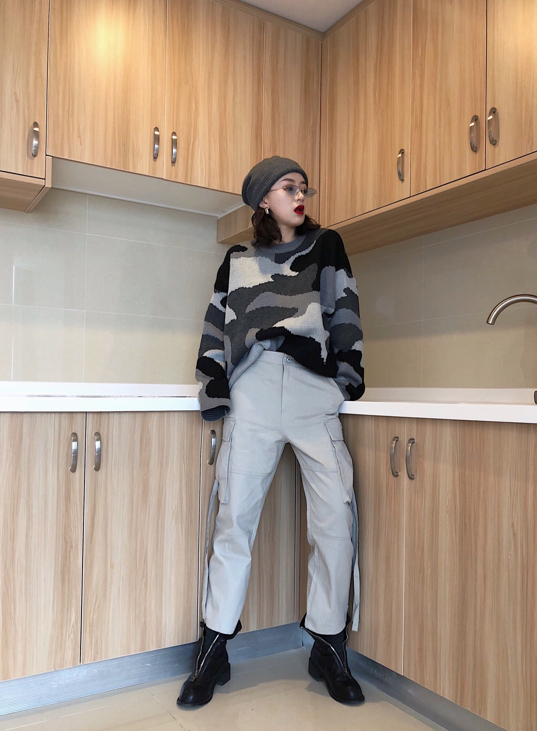 #ins网红拍照穿什么?# 过年穿搭指南:妈妈满意不输闺蜜 时尚拉链靴和工装裤的完美融合 谁说风格不一样的衣服不能一起穿? 混搭才是王者 我的外套里已经穿好这些春装啦!