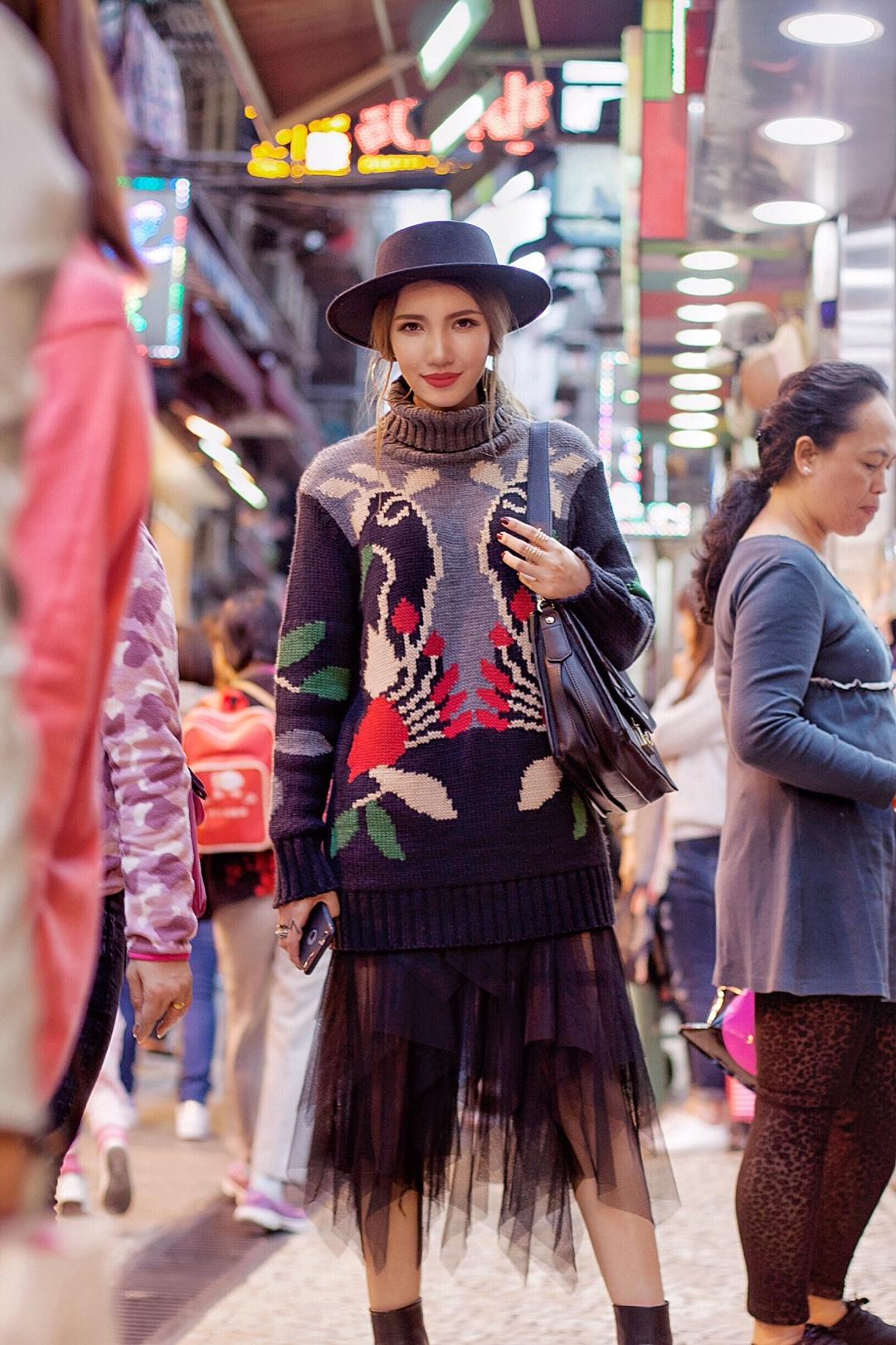 #过年走亲戚乖巧加成tips# 很多人喜欢用红色穿搭来开启一年的好运,可是一身红搭配不好会略显俗气,身上适当运用红色点缀更有气质~ 品牌: 毛衣:Msgm 裙子:稀有概率 包包:FURLA 帽子:实体店购买
