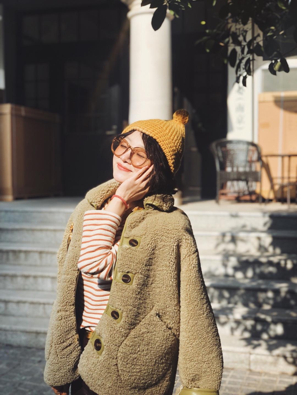 #雅漾洁面x蘑菇街免费福利#大家一定要看到最后!⭐关注我并留言⭐,有机会抽到蘑菇街和雅漾品牌合作送出的雅漾舒缓特护免洗洁面乳哦!非常适合爱过敏的春天。 春天来了要穿的色彩更春天才对!黄色毛线帽,浅绿色毛毛衣服,配上黄色小丝巾,春天的感觉就出来了。 毛毛衣服最好的地方是,随便别什么胸针都不违和。这个超大胸针是我在圣图安跳蚤市场淘的,买回来就没有用过,因为实在太!大!了!这次终于可以派上用场了,开心!