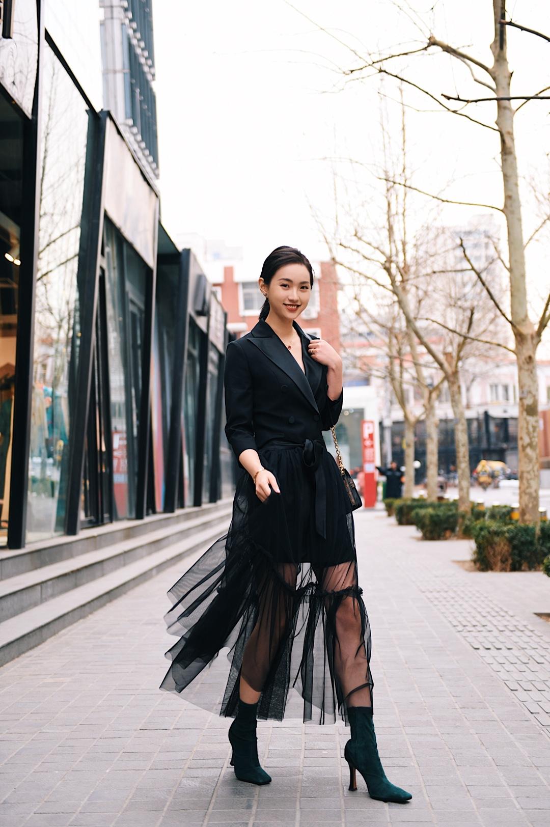 实用主义一衣多穿 黑色西装裙+蝴蝶结纱裙 Tie for her这个裙子就是神仙设计啊,找了好久的款式,西装可以单独穿,适合上班啦开会啦,参加正式的活动啦,加一个黑色纱的衬裙,在腰间一系,下班立马就能去约会啦party啦! 外面一层纱放在包包里既不怕皱也不占空间,走路若隐若现的,特别有女人味。 西装本身给人的感觉就是有距离感,加上纱裙以后又会把这种距离感拉近,设计师简直太棒了! 翻领的设计是缎面,和腰间的蝴蝶结呼应,整个面料就是光滑有质感,随着光线会折射出不一样的黑色感觉,想不吸引目光都很难!每次穿她就觉得自己可以翩翩起舞! #春日小姐姐feel,是心动的感觉!#