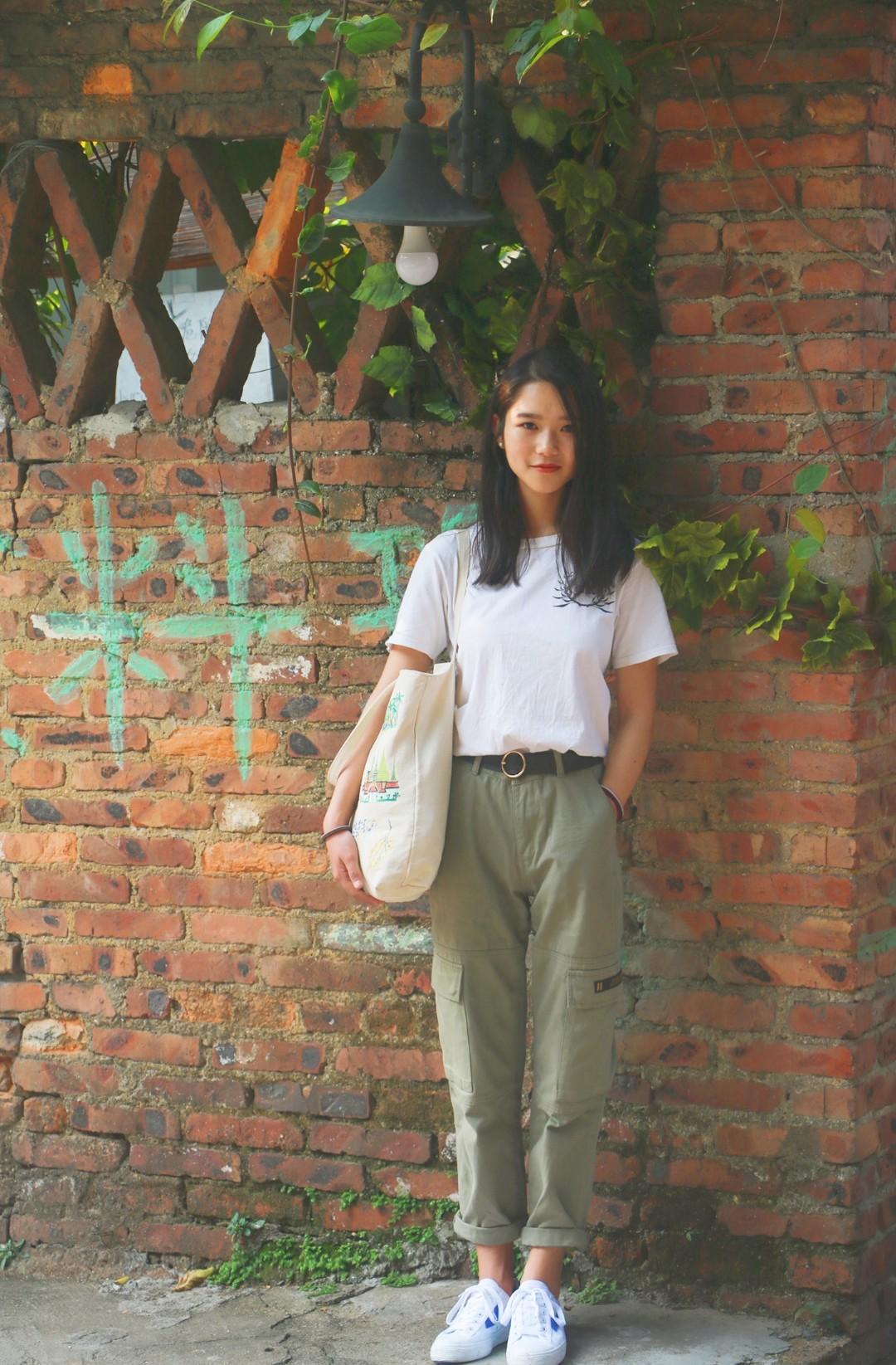 夏天到啦,必不可少的肯定是短袖呀,这次和朋友出门选择了一件简单的棉白T搭配绿色直筒工装裤,工装休闲超级酷,裤子是高腰设计,哈比特人如我最钟爱这种提高腰线的设计嘻嘻,搭配回力的蓝色百事联名和涂鸦帆布包,街头女孩就是我啦#初夏换季期,短袖才是新墙头#