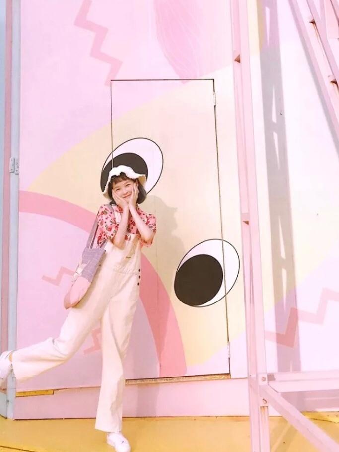 """🍓牛奶草莓系穿搭 背带裤就是减龄的小名了!搭配粉色的短袖 是5岁的小可爱啦!记得袜子也要搭配彩色哦! #""""不正经""""衬衫,无形撩最致命#"""