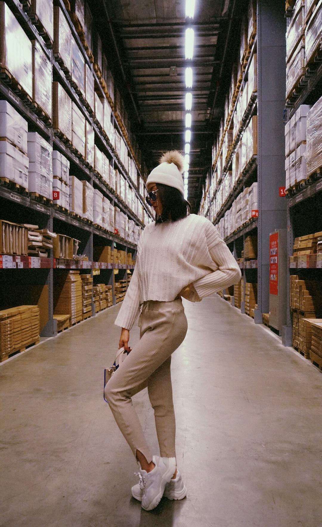 放松了四天后,舒舒服服去上班  运动鞋or运动裤唤醒自己 一点点亮晶晶的配饰点缀 就可以为自己增添气色哦#初夏设计师品牌上新#