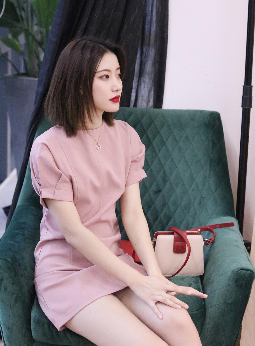 少女感满满的一套搭配,粉色连衣裙+粉色小包包,乍一眼看上去真心很美,连衣裙圆领设计,尽显迷人的颈线,性感女人范立显,更加时髦好看,泡泡袖元素增添了甜美的气息,腰身收腰设计,如果有小肚腩的姑娘也能起来显瘦的效果~ #蘑菇街新品测评#