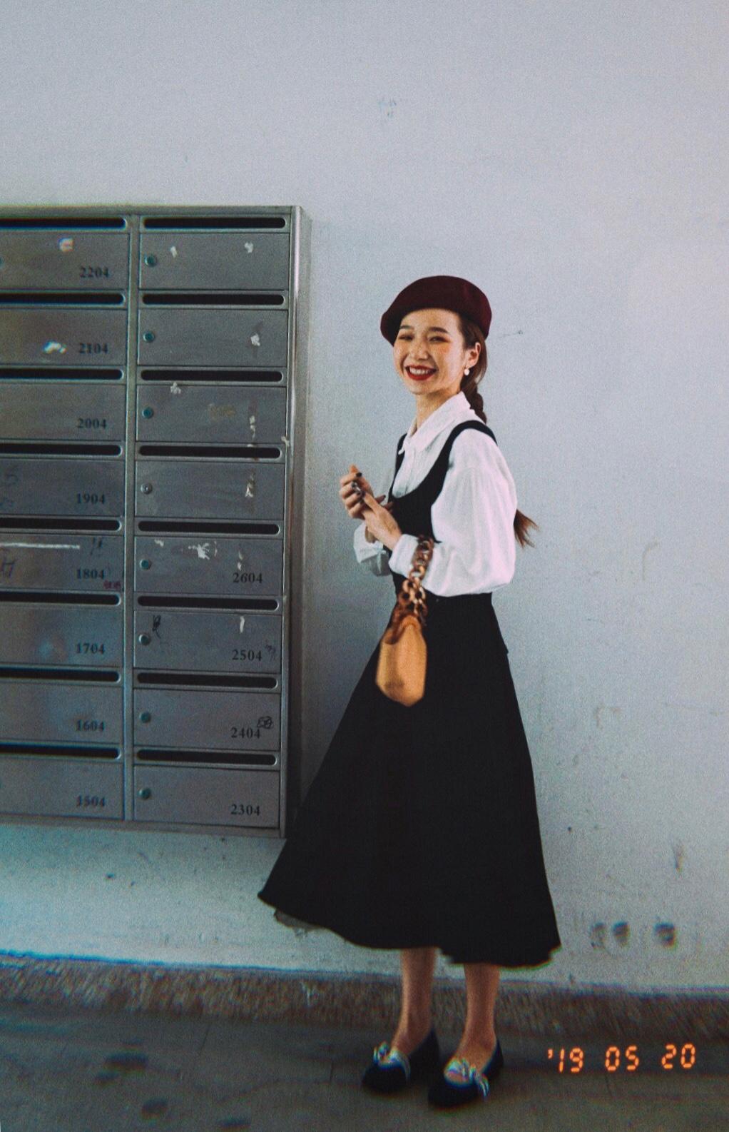 """#黄皮友好色,变行走反光板!#  经典的""""黑白配"""",一定不会出错。黄皮女孩也可以轻松驾驭哦。白色宫廷袖衬衣复古可爱,搭配背带裙,是文艺少女没错啦。"""