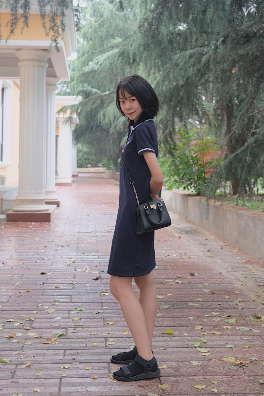ZhOOTD | 雨天等你下课☔ 💦夏季不仅是很晒还经常天气多变!所以晴雨伞就特别重要辽,万一老天一转眼就下起了雨,没有带伞就很惨哎 🚶🏻♀️今天又穿了polo裙,不过深蓝色的颜色更有学院美式休闲风的味道哦 🔍鞋子依然是超舒服的优衣库凉鞋,和黑色的包包颜色比较搭 💗所以,要不要雨天等你一起下课回家呢~ #夏日学会露肤,才能撩倒众生!#