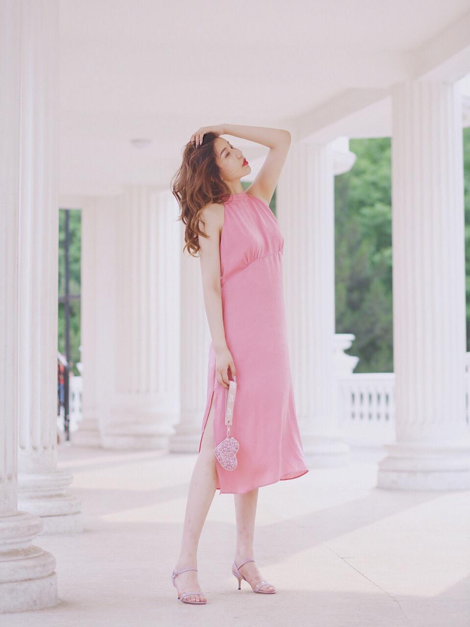 Amberootd  新鞋Try on Haul 约会穿搭 夏日穿搭 马上就是520!为约会穿搭收了双TATA的仙女鞋,今年它真的让我眼前一亮!这款色彩很适合夏天!透亮闪光的一字带,搭配春意盎然且高饱和的衣服既时髦又舒适!甜美优雅的整体风格,非常适合恬静温柔的小仙女!而低跟的设计也照顾到了稍微穿一点高跟就不会走路的女孩,完全不累脚~还有好多款都非常貌美!闪耀高跟鞋+闪耀手包更是耀你好看!无论走到哪里都是聚光灯的焦点,让你闪闪发光!不多说了,大家自主种🍀吧嘻嘻🤭 #法式穿搭,气质值+100!#
