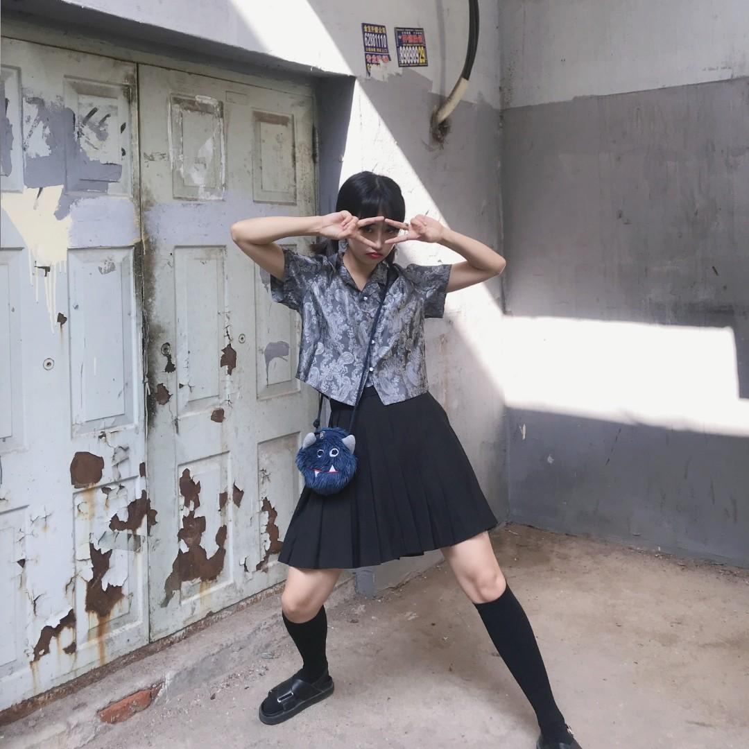 #张子枫逆袭,赢在少女感# 银色短款半袖➕jk百褶裙➕腿袜➕黑色凉鞋 再配上可爱的怪兽包包,少女感穿搭就完成啦。对自己小腿不满意的姐妹一定要试试腿袜,真的特别显瘦呀。