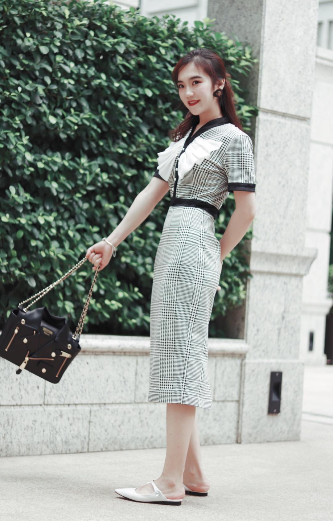 复古风一直吹的很厉害!终于找到一件复古风代表的连衣裙啦!包臀的一体式连衣裙、职场达人必备、解决你的穿衣难问题哦!#一分钟穿搭,上班不迟到~#