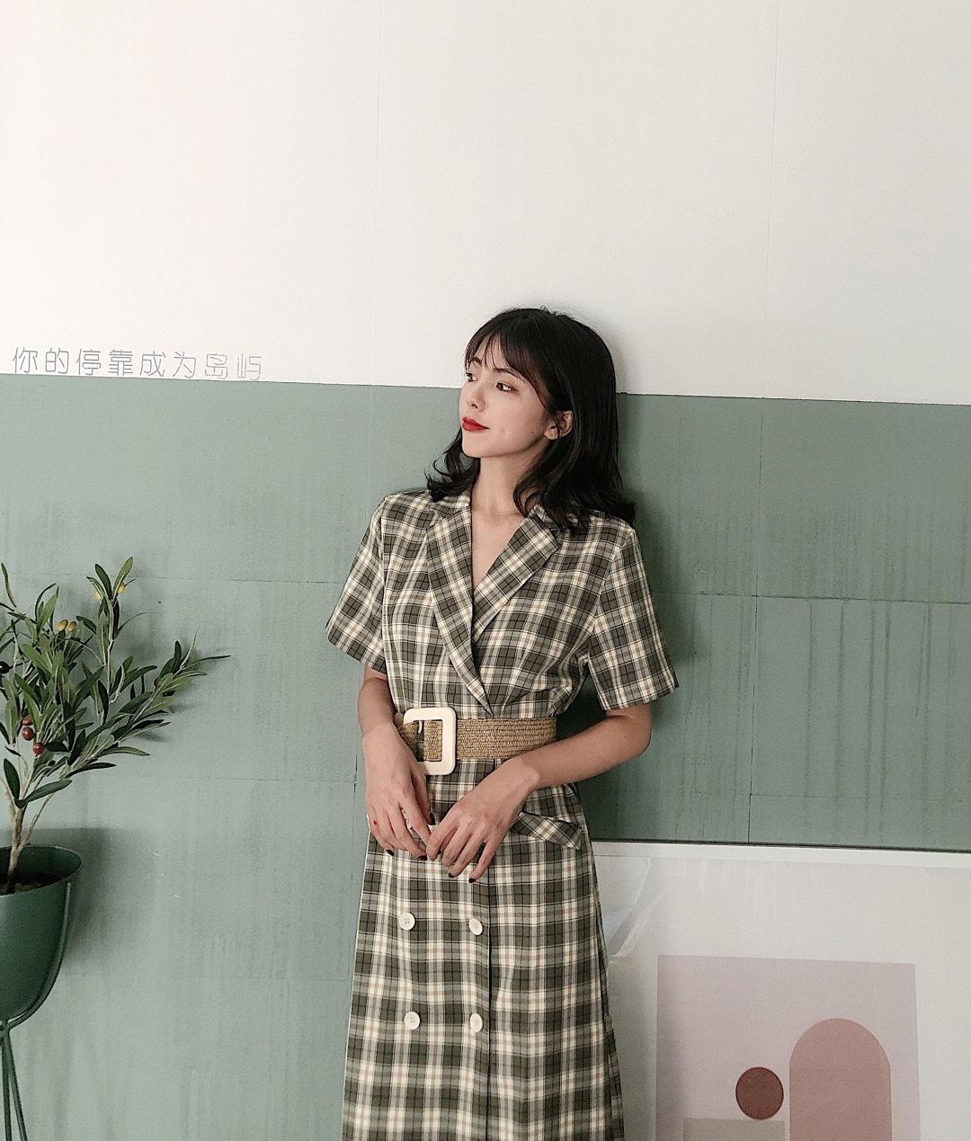 """#""""一件出门""""也能美得很~# 夏天真的很喜欢一件出门  复古格纹连衣裙  气质又大方 今年流行的绿色系加上格纹元素 怎么看都不腻 约会必备 百穿不厌"""
