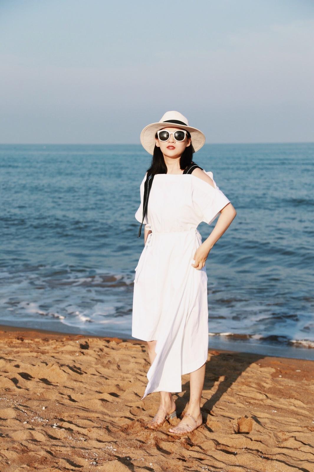 #火炉城市高温穿搭打卡!#夏天避暑旅行最佳选择当然是白色,无论是海岛游,草原游,都市游,白色在许多带着旅拍标签的红裙子花裙子中间都是最高级的,今天穿的这件下摆不对称设计,特别适合海边穿搭打卡