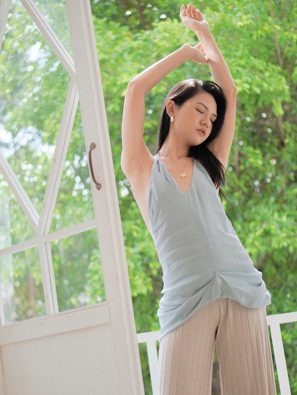 午后微风与暖阳☀️露背装如何穿的慵懒优雅? · ▫️四季里你问我最爱什么季节,我的回答一定是夏天,因为可以尽情露我最爱的背部。 · ▫️第一次穿雾霾蓝色的衣服,给这个美好的午后增添了一抹柔软的蓝色。衣服是挂脖吊带大露背的设计,后面又有卷叠的效果,满满的垂坠感。 · ▫️搭配了米白色的针织阔腿裤,简约的竖条纹设计,很长,适合搭配垂坠感的上衣。 💡很多人不太敢尝试长衣服,怕显矮和腿短。其实只要搭配比普通裤子更长一点的裤子,比较有垂坠感的那种,就会很好看,而且还有气质和高级哦。 · ▫️露背吊带:Jacquemus ▫️针织裤:MANGO  ▫️凉鞋:UR #高腰裤:显腿长的终极武器#