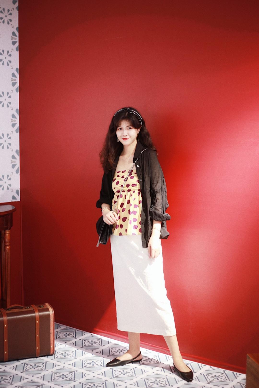 【阿徐今天穿什么】走在老上海的复古风 · ⭐ 身高162cm 体重常年54-57kg之间浮动 ⭐ 肉肉主要集中在腹部和大腿 ⭐ 号码:M/L · 🤩  今日LOOK 复古港式风 · 💕 在网上看到这个复古布景 脑内风暴了一轮就想到这个搭配 波点和七八十年代的老上海风情简直不要太搭 搭配黑色衬衫➕白色长裙遮肉又显瘦 复古风里发带的点缀也很重要 耳饰是简单复古的显脸小款 💕 穿上这一套约会、上班、度假也无压力 走在春夏秋三个季节也毫无违和感 💕 · 今天穿什么❓ 关注【滚滚大妹阿徐】解锁更多穿搭~ 遮肉秘诀 夏日穿搭 每日穿搭 日常穿搭 时尚穿搭 上班穿搭 搭配参考 搭配灵感 #初秋藏肉第一课,超显瘦!#