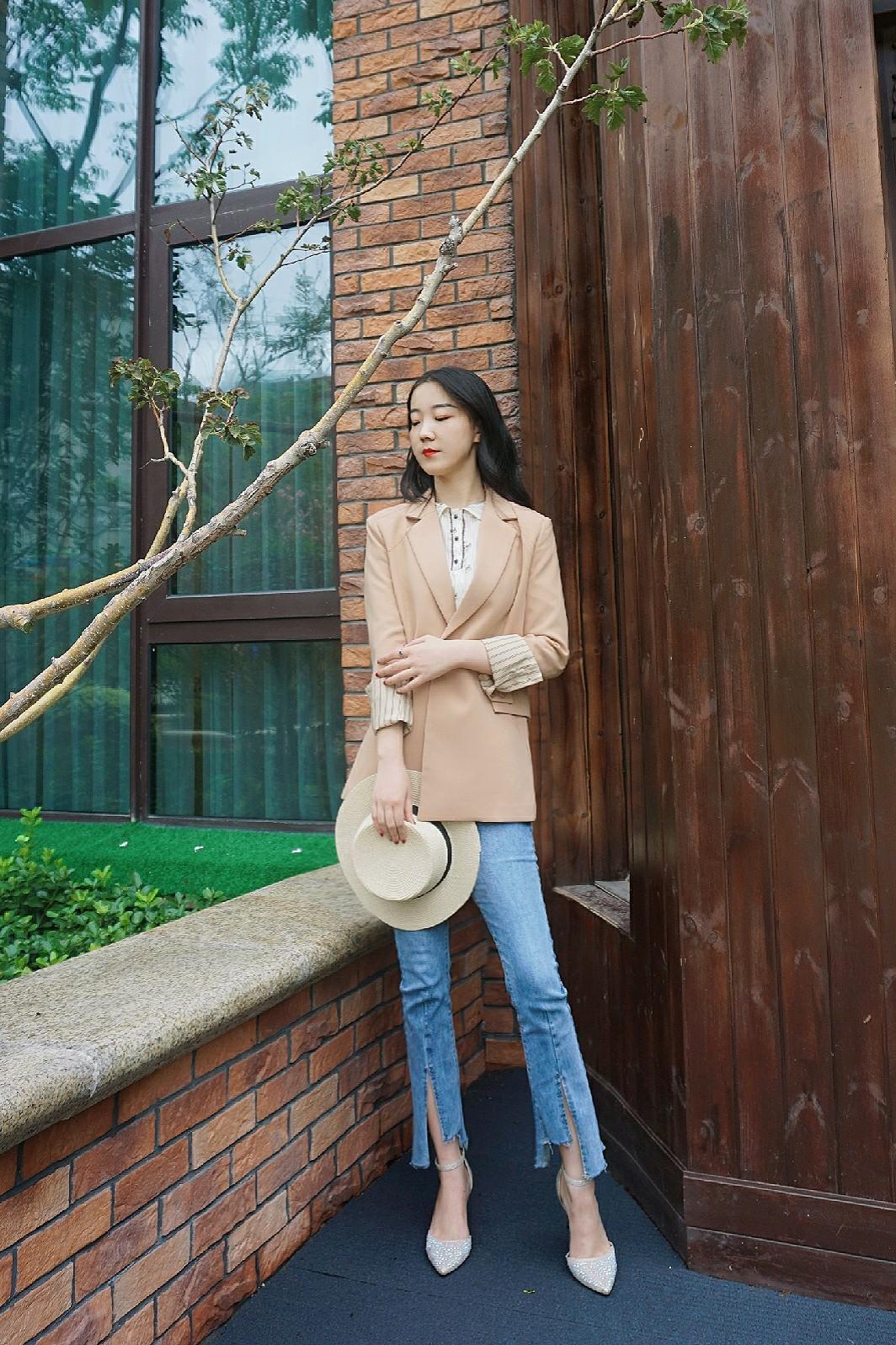 秋装上线~  一套通勤风格的套装,上衣是一款米色小衬衫,外套是一款驼色小西服,袖子部位的设计是亮点~下身是一款水蓝色喇叭裤,脚上是一双银色高跟鞋,准备迎接凉快的天气啦~#2019早秋流行第一弹#