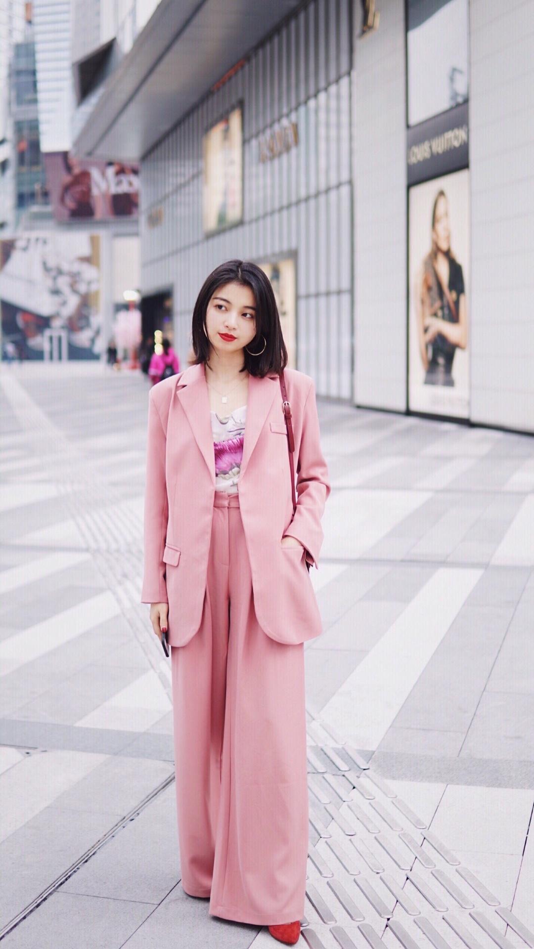 西服套装真的是职场女性必备! 粉色调中和了套装的严肃感,阔腿裤的设计遮肉显高并且气场十足,内搭粉色花朵印花吊带,女强人也能秒变温柔小姐姐哦! #上班族换季穿搭图鉴#