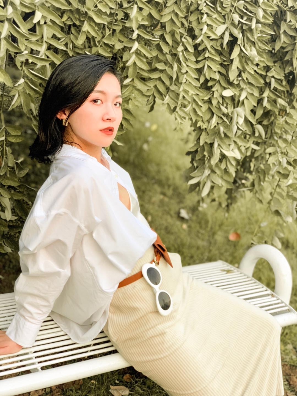 今天都在说先别把夏季衣服收起来,你那里已经开始过秋天了吗? 但无论什么季节白衬衫要备一件。白衬衫是万能单品,不知道穿什么时穿它总没错。秋天穿它就是我的外套,白衬衫还有点上镜对不对?#秋装上新穿搭打卡#