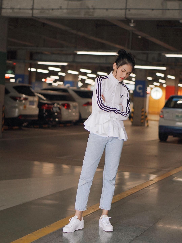 运动服把记忆进度条拉回到美好的校园时光  这套搭配和平时的我很不一样,让我回忆起青春洋溢时期的自己。  每个女生在不同的时期都会展现出不同的的魅力,感谢时装,可以让我回忆不同时期的样子。  🔗外套鞋子:Adidas 🔗裤子:韩国购入 🔗背心:Mango #双十一热销榜,这件第一名!#