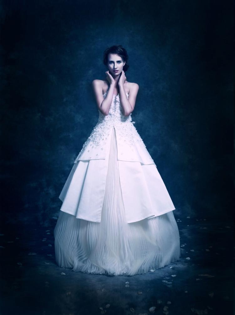 自己设计,手工制作,上身布满立体缀花,全新个性新娘婚纱.