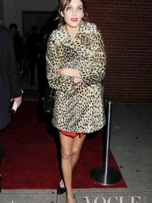 Alexa的经典红唇让非常性感,豹纹图案的Topshop大衣Chanel芭蕾平底鞋也让整身加分不少。