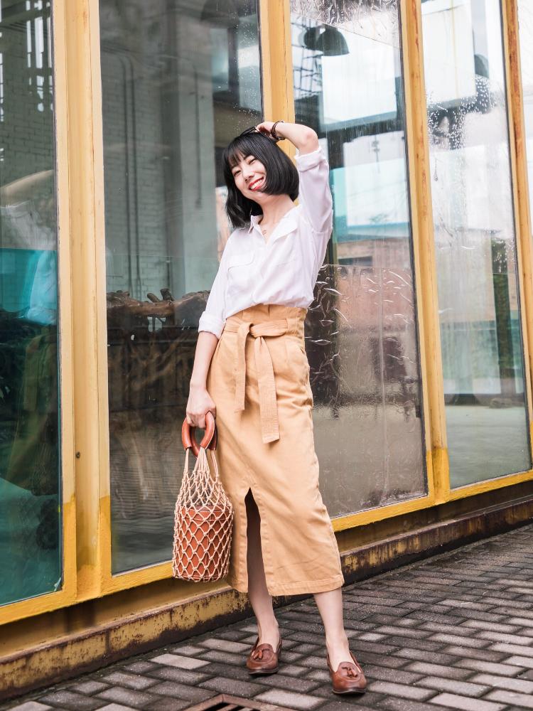 通勤穿法:真丝白衬衫和绑带牛仔裙,米色和棕色相呼应,职场也要时髦起来~