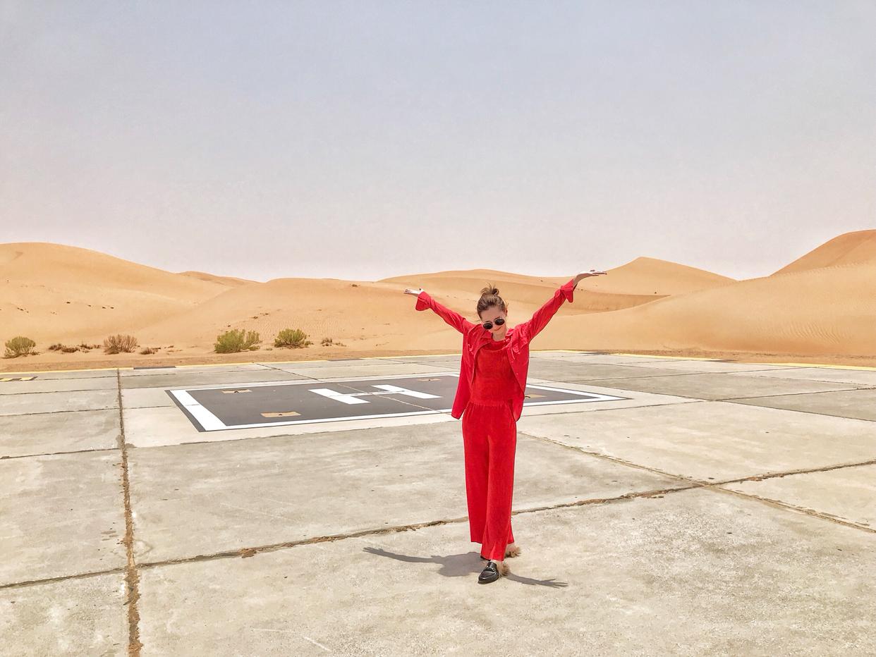 "☀️一场意外之旅—阿布扎比🐫🌵 在意大利回香港的中转站 心血来潮的""跳了机"" 造就了一场三天两夜的阿布扎比之旅 我和朋友幸运的被升了仓 入住了位于阿布札比和杜拜中间的盖斯尔阿萨拉安纳塔拉沙漠度假酒店  感受了当地47-50度的大自然桑拿  尝试了骑骆驼 拜访了当地最美的清真寺 这难忘的3天 我长这样~ #度假这样穿# LOOK 1 热情的沙漠❤️ 太阳眼镜:Gucci 套装:&other stories (red) 衬衫外搭:equipment (red) 鞋:Gucci LOOK 2 Blue Day💙 太阳眼镜:Gentle monster 白色tee: 购于首尔弘大 外衣:香港Local品牌Circles薄身牛仔襯衫 裤子:购于弘大Stylenanda专门店 高腰喇叭牛仔裤 鞋:Balenciaga老爹鞋 (white) LOOK 3 清真寺规定♨️ 女士入寺前需脫鞋 换上这连身one-piece 全白的建筑风格真的特别美💓"