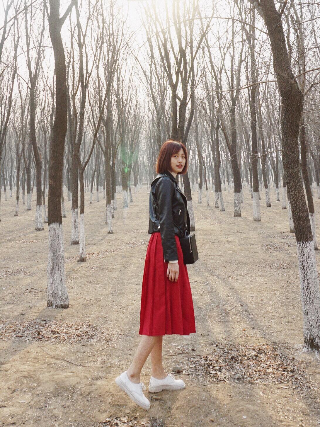 10.8 | 秋天里的一抹红  最近可能是年纪大了,除了黑白灰偏爱一些有质感的颜色,例如酒红、墨绿等,今儿选了一条暗红色的裙子来搭配。 黑色和红色可以说是好朋友啦,裙子太过柔美的话选一件酷酷的黑色皮衣来中和就刚好,是最近流行的娘man风。 红裙子要注意,选深红会比较好驾驭,也有质感。皮衣最好是短款,这样拉高腰线,长高五公分哦~ 鞋子是经典三孔马丁,可以搭配无数次,我都买了两双啦,再用一个类似积木的包包,整体很有设计感又简单。 #OOTD#