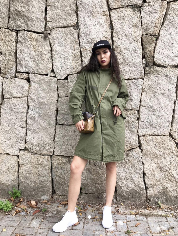 #经典风衣# 工装外套也酷感与可爱 今天军绿色为主色 棕色相机包辅助黑色sup帽子 小白鞋我有很多双 不同的款式配不同的衣服 好了这样穿其实不是很冷