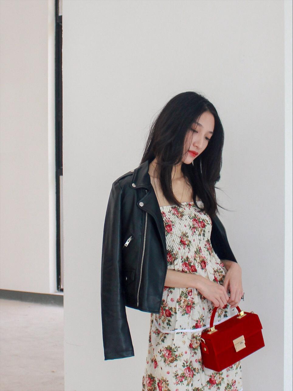 #正流行的罂粟红,你PICK了吗#  ❥上次搭配了短的连衣裙,比较活泼可爱,这次同样是碎花连衣裙,确实比较有女人味的感觉哦~ ❥穿法除了正常穿着,还可以披着、绑在腰间,舒适随性就好~ ❥是属于,长裙本身比较容易穿出女人味,跟皮夹克的强烈对比,更能体现的混搭了~ ❥夸张的流行色,局部点缀更能hold住,而且跟裙子的红色呼应,加上红唇,和谐不突兀哦~