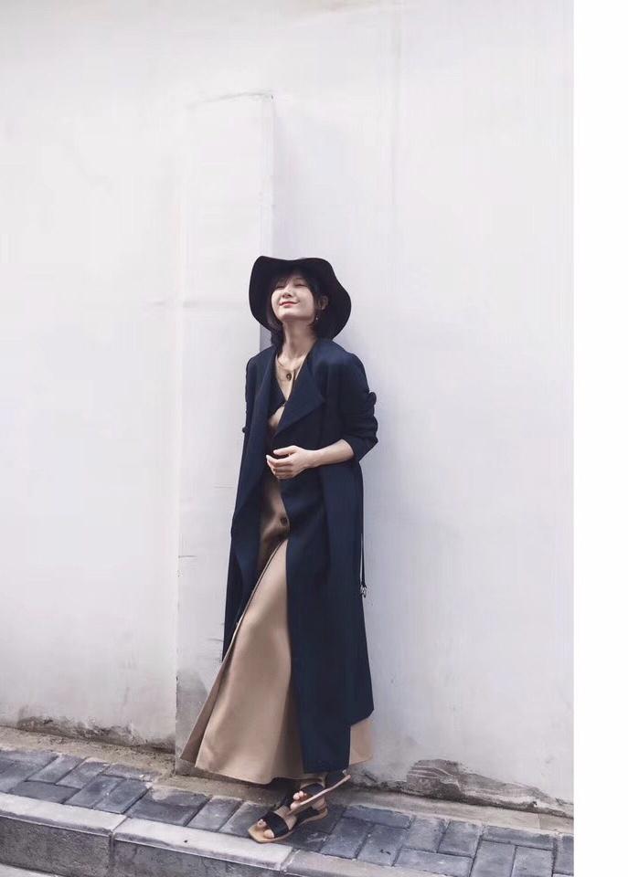 """#复古长裙#(往后滑🔜)怎么搭? 黑娃选择了同样是超长款风衣来搭配,运用了""""长➕长""""的搭配法则, 这条长裙实在是太惊艳了,后面照片有漂亮的腰部设计,很有巴洛克风格的细节特征, 长长的一排纽扣也尽显复古风~ 这套服装我选择了皮书套代替包,有没有感受到黑娃的文化气息😜  长裙:SUPERR 899 风衣:MAXMARA 15999 拖鞋:LILVINTAGE 299 书套:古着 550 耳环:zengliu 66 帽子:UNICLO 149"""