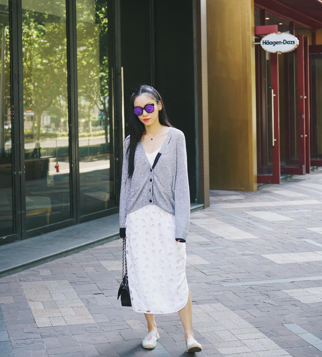 #显瘦开衫#  开衫可以让你任意一件夏天的连衣裙完美过渡到秋天,而且有层次的穿搭会比夏天单穿一条连衣裙更好看哦!mu的这件开衫设计的很好,背后还有故意的漏针,非常时尚,垂垂的慵懒风,黑灰的配色,都很适合搭配各种色系的连衣裙。  开衫:mu 连衣裙:equipmen 鞋:soludos