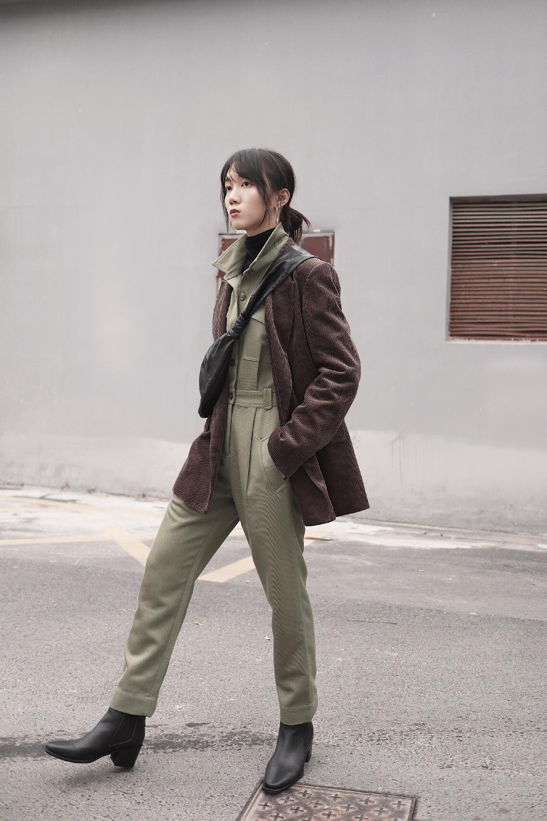 连体裤与最时髦元素灯芯绒帅气组合  工装连体裤和西装都是非常有气场的单品,搭配组合在一起有一加一大于二的效果~走起路来自带气场,绝对是街上最酷的女生哦! #丢掉黑白灰,来一剂撞色调味#