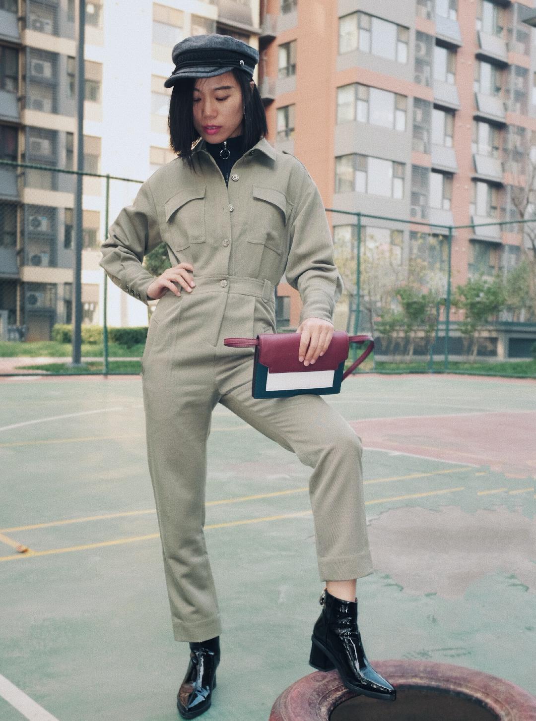 🌟这款连体裤,面料很硬朗厚实,完全是当夹克的面料,秋冬穿也完全不会违和。 🌟高腰裤要在酷帅的同时不失比例感才会更好看,所以一定要注意高腰的设计。 🌟衣服、内搭都比较素,那包包的颜色就可以任性一些了。颜色的丰富还能增加整体的活力感。 #丢掉黑白灰,来一剂撞色调味#