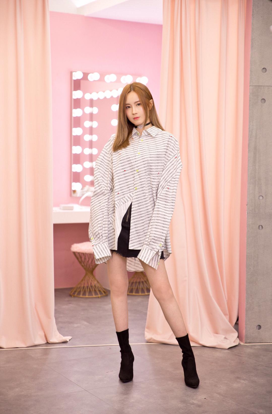 choker: WynHu top: From Li skirt: hits's boot: stuart weitzman  。 。 。 家里最多的上衣是衬衫,真的特別爱穿,有合身的、oversize的、有不同颜色和材质的。喜欢衬衫的最主要的原因是— 特别能显质感,适合用于各种不同场合,而且非常百搭。😁 一件cutting别致的oversize衬衫, 又称BF shirt,配搭短裙,choker和靴子,帅帅的,酷酷的,秋冬天配上毛织背心,顿时有种校园风,甜美的感觉。SW的靴子依然是大家的宠儿,果然既好看又好穿,我买的这双是cling~😛✨ #MOGU  Studio# @moguatudio