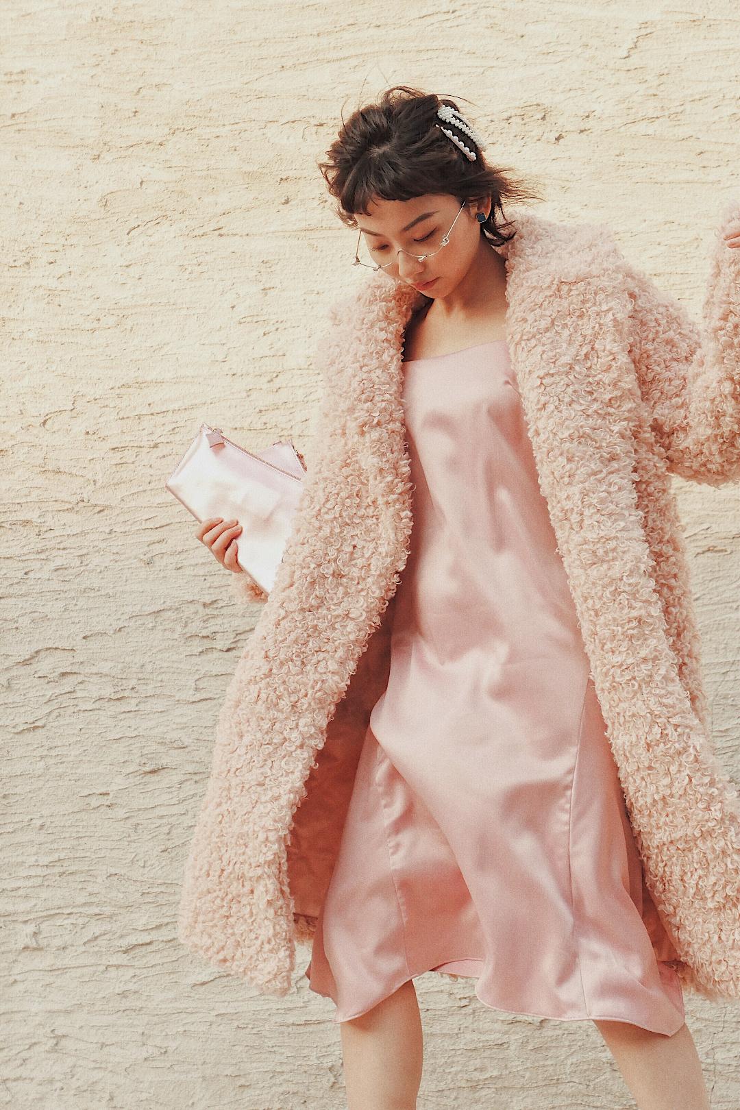 #mini包,装得下少女心就够了# 今天一身all pink少女心爆棚的嗲嗲look💓 粉色毛绒大衣搭粉色丝质吊带裙➕粉色折叠手包,简直超级无敌可爱啦🐶 为了有些街头感,混搭了一双Fila白色老爹鞋,会增加一些酷酷的感觉。 这套搭配配饰也是亮点哦,希望能有气质和色彩上的加成~ 喜欢这套look别忘记点赞👍🏻和评论💬,让我知道哦😇
