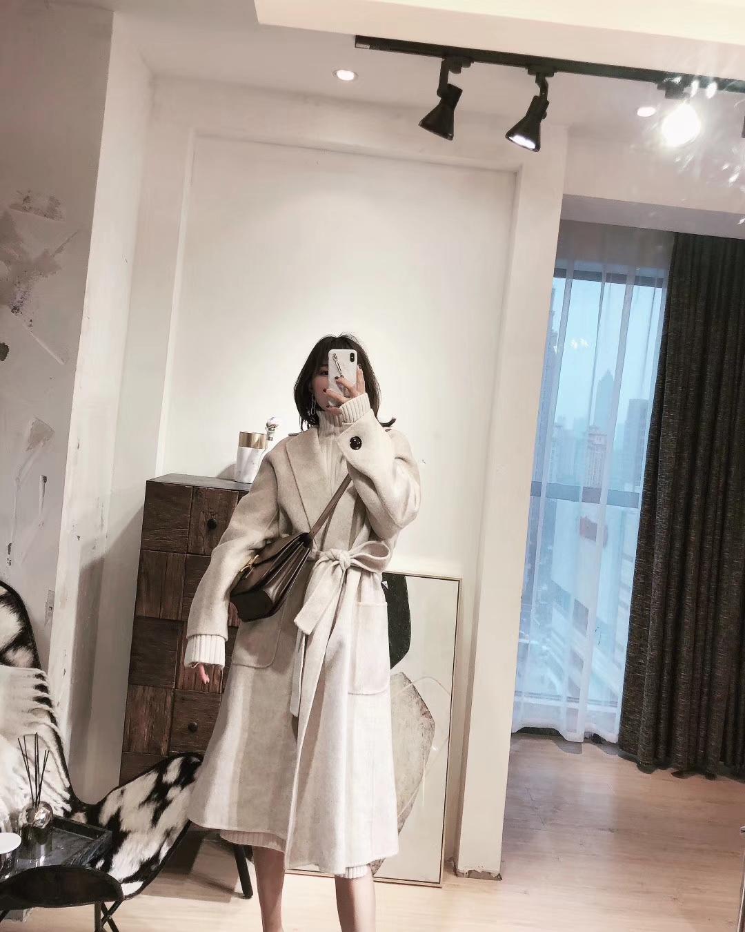 #这件大衣昨天被人夸好看#炒鸡喜欢的这款大衣   穿上身显气质到不行   搭配了同色系毛衣裙和白色羊绒围巾温柔的不止一点  可以搭配皮质高跟   和休闲毛毛拖鞋  百搭   Get💛